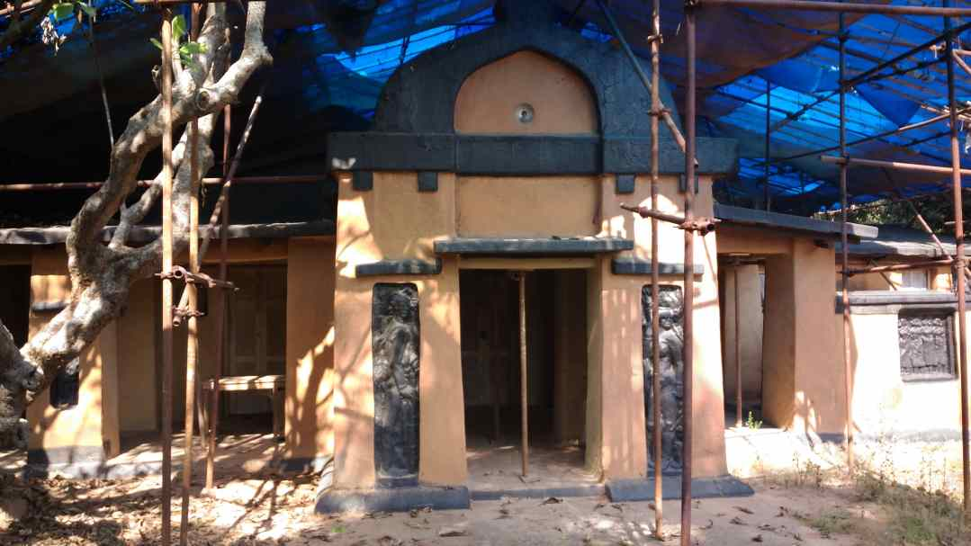 shyamali-the-clay-hut-built-by-nandalal-bose-and-students